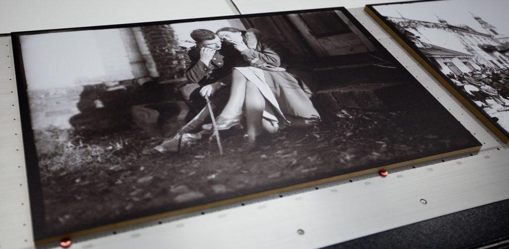 Wydruk na drewnie. Obraz czarno-biały drukowany na ploterze uv led na podłożu drewnianym leżący na stole plotera.