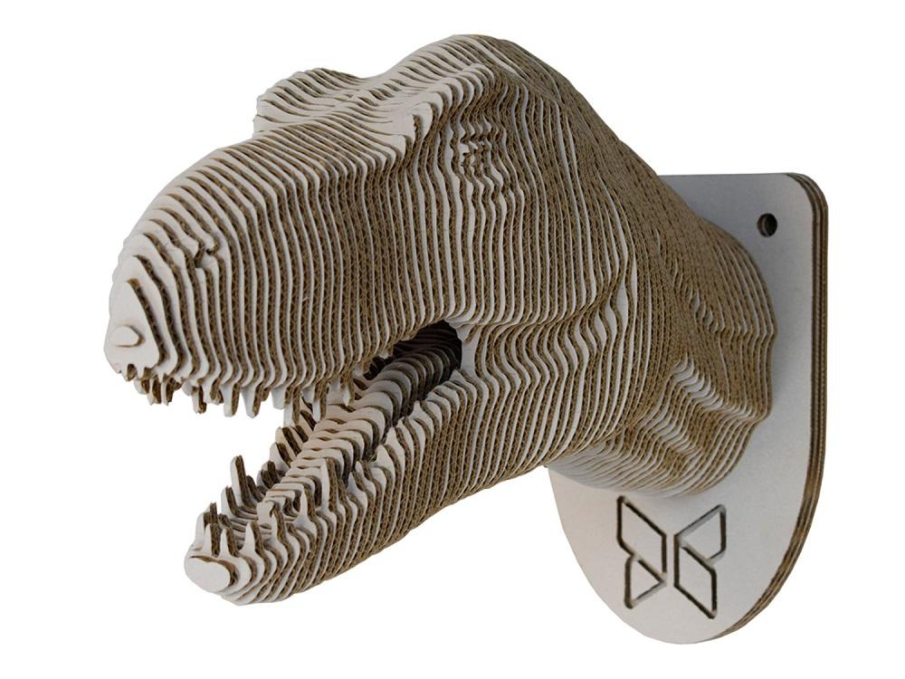 Głowa dinozaura wykonana z klejonych warstw tektury falistej.