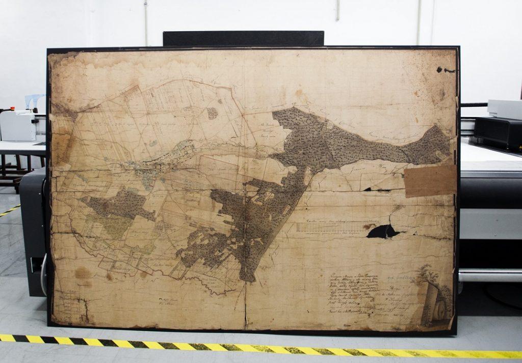Mapa drukowana na ploterze uv led na drewnie w dużym formacie