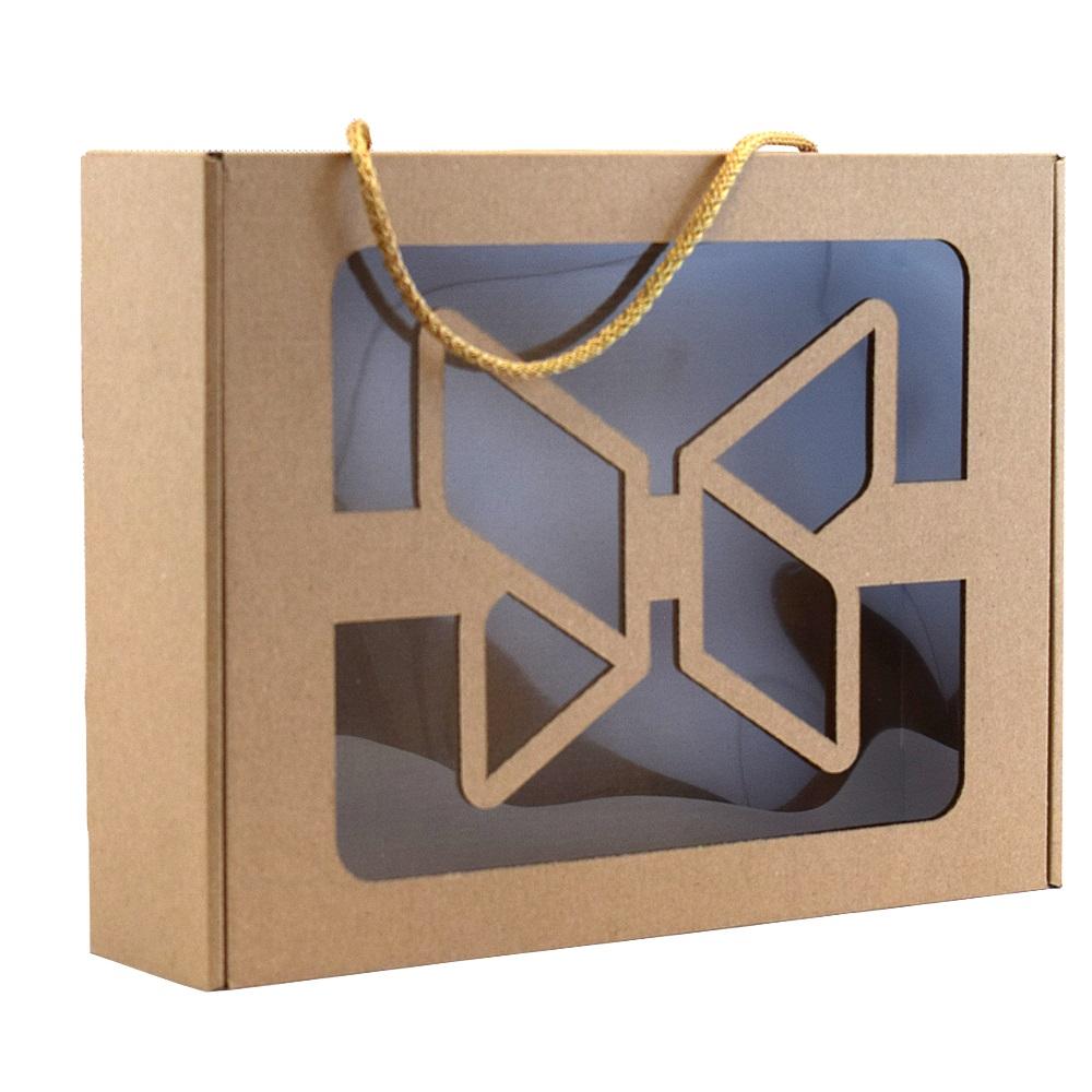 Opakowanie z okienkiem i sznureczkiem wykonane z szarej tektury. Idealne do zapakowania prezentu.